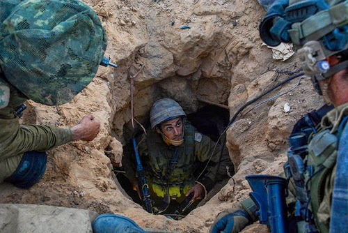 An IDF paratrooper officer emerges from a Hamas cross-border tunnel that his unit discovered, July 20, 2014. (Image source: IDF)